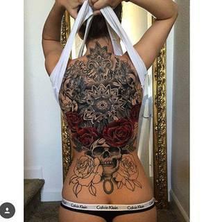 Niesamowity tatuaż na kobiecych plecach. Autor: Joseph Haefs
