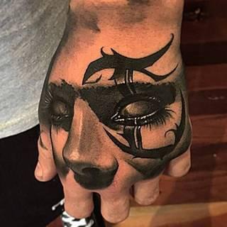 Oczy kobiece na dłoni.