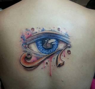 Oko egipskiego boga Ra wytatuowane na plecach.