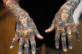 Oryginalne tatuaże. Dwie duże postacie na dłoniach oraz mniejsze idąc w dół (w stronę palców). Na palcach dostrzec można np. królika czy Mikołaja ;)