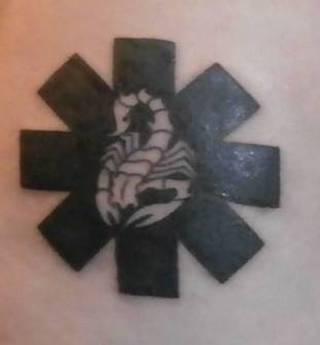Ostatni, póki co tatuaż (2014), logo Red Hot Chili Peppers  wzbogacony o skorpiona, znak mojego zodiaku (również znak zodiaku wokalisty Rhcp).
