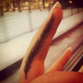 Piórko między palcami