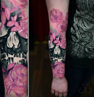 Rękaw z symbolem czaszki oraz wieloma różowymi kwiatami.
