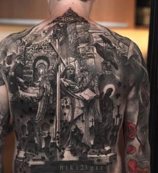 Religijny tatuaż z chrześcijańskimi motywami śmierci zrobiony na całych plecach.