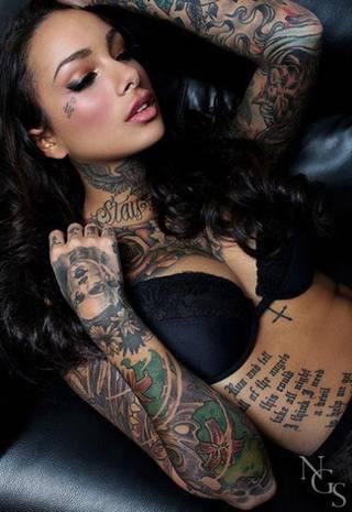 Śliczna kobieta z tatuażem
