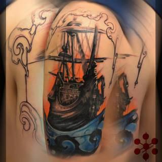 Statek pływający po rozszalałych falach.