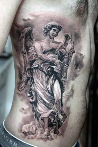Statua anioła na boku.