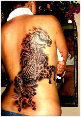 Szkielet konia na całe plecy.