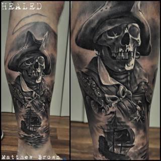 Szkielet pirata na prawej nodze.