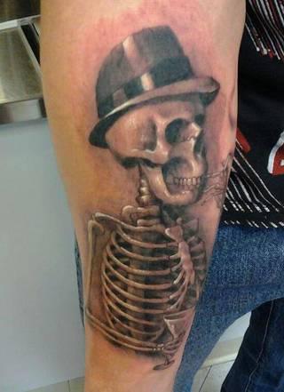 Szkielet w kapeluszu na ręce.