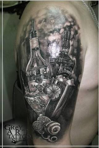 Tatuaż na ramię z motywami różnych alkoholi.