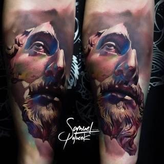 Tatuaż połamanej statui mężczyzny.