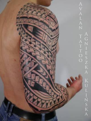 Tatuaż polinezyjski (a na zdjęciu dokładnie Samoa) na 3/4 rękawa. Aby wzór jak idealnie pasował do rzeźby ciała powinien być przygotowany z freehandu czyli narysowany markerami na skórze, a dopiero potem 'utrwalony tuszem'. Dzięki takiej metodzie Klient widzi cały proces tworzenia projektu i ma realny wpływ na to jak tatuaż będzie ostatecznie wyglądał.