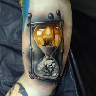 Tatuaż przedstawiający życie i śmierć w motywie klepsydry.