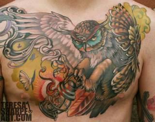 Tatuaż sowy na całą klatkę piersiową.