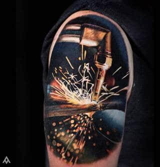 Tatuaż spawarki.