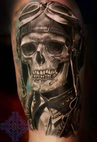 Tatuaż szkieletu-pilota w kasku.