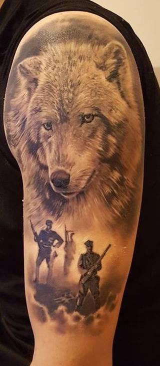 Tatuaż Wilk jako symbol Żołnierzy Wylkętych a w cieniu Żołnierze  .