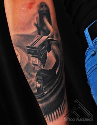 Tatuaż winylu na całą rękę.