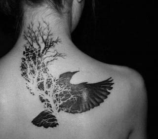 Tatuaż z krukiem na plecach oraz karku.
