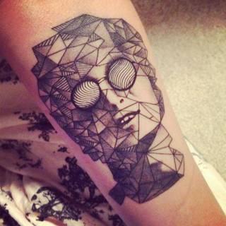 Tatuaż ze ślepcem z wyłupiastymi oczami.