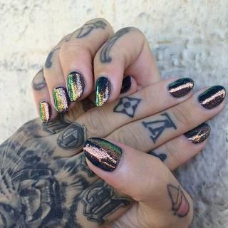 Tatuaże na dłoniach i palcach. Różne wzory i symbole