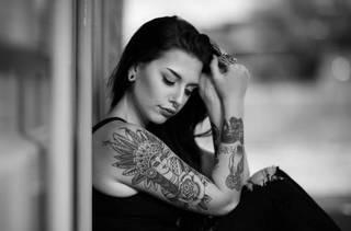 Tatuaże na rękach i piercing m.in. kobieta z indiańskimi piórami