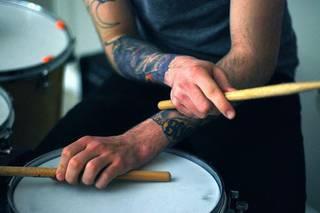 Tatuaże na rękach u perkusisty.