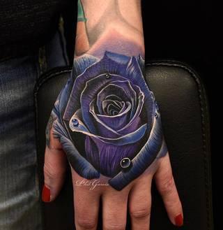 Trzymam w dłoni symbol mojej miłości - wszystkiego co kocham i co sprawia, że żyję.