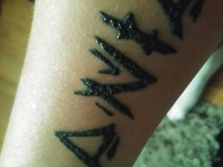 Witam wszystkich po 4 dniu po tatuazu i nocy z folia mialem takie jakby gluty pod folia nie wiem co to jest i tatuaz dziwnie wyglada rozni sie od drugiego na drugiej rece