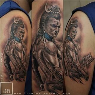 Wizerunek boga Shivy na ramieniu.