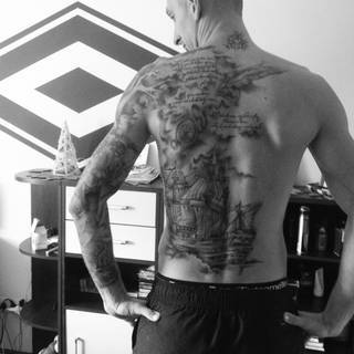 Z dedykacja dla Mojej Corci !!! Cały zamysł projektu to ogolna symbolika mowiaca o zyciu ktore mineło oraz o tym jak isc przez to ktore jest przedemna !!! Dlatego jesli ktos decyduje sie na tattoo to naprawde myslcie i robcie cos przedewszystkim dla siebie a nie szpanu i cos czego nikt inny nie ma !!! Tatuaz jest sztuka a wiele osob o tym czesto zapomina !!! jJa sie bardzo ciesze ze swojego projektu ktory własnie zakonczyłem poniewaz teraz moge wystartowac z kolejnym na nodze Emotikon smile Pozdro