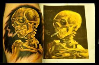 Żółty tatuaż szkieleta palącego papierosa.