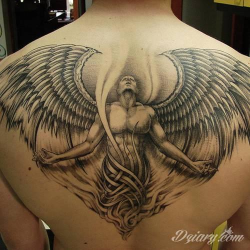 Uskrzydlony anioł na plecach.