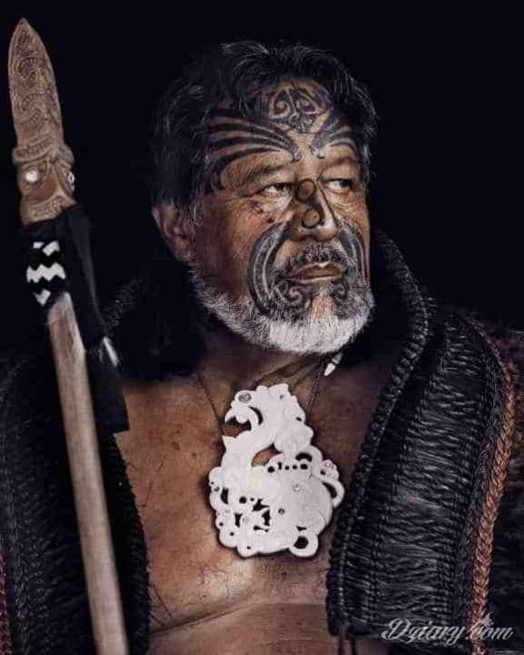 """Wojownik Maori z """"Moko"""" - wytatuowaną twarzą."""