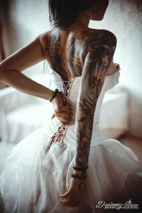 Założę się, że wychodzi za tatuażystę